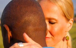 eine Frau umfängt den Nacken ihres Tanzpartners mit der Hand beim Kizomba