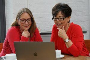 Hilkea und Ulla am Tisch, mit Computer
