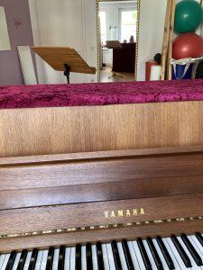 Klavier, Spiegel und Notenständer