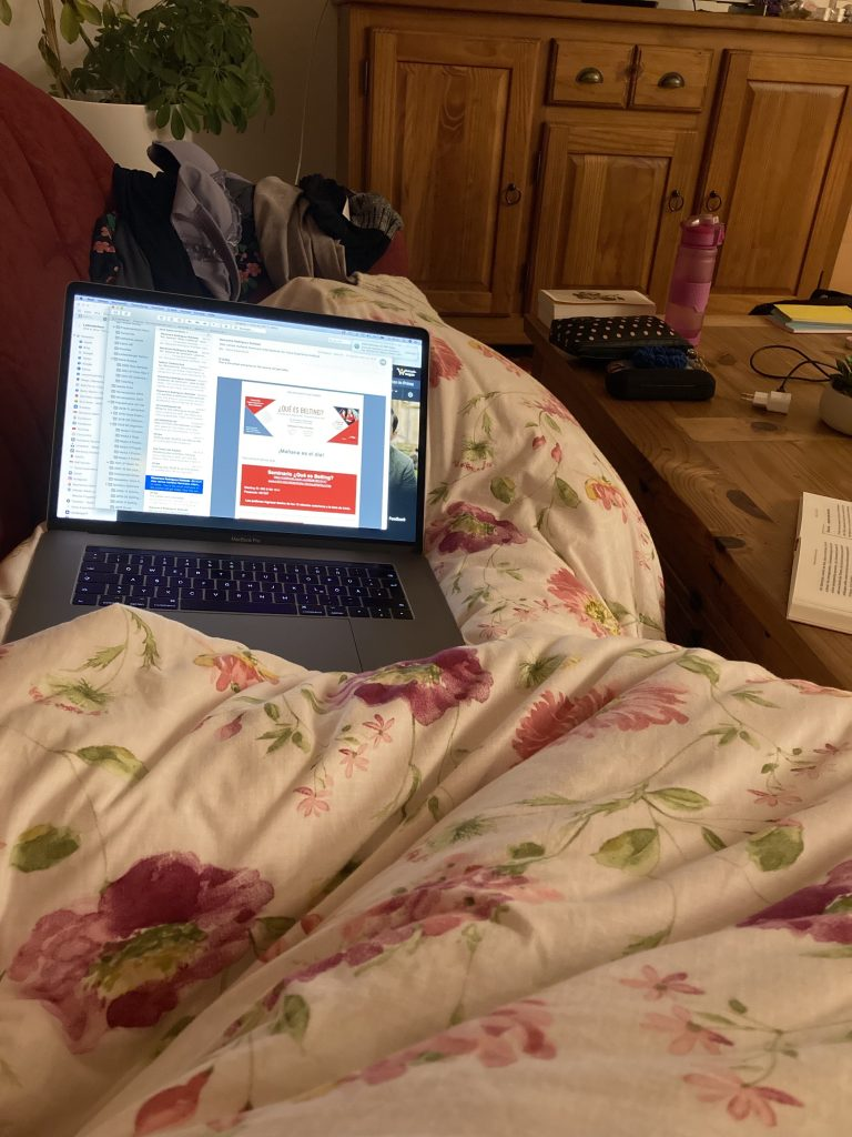 Computer, Bettdecke, arbeiten ganz früh