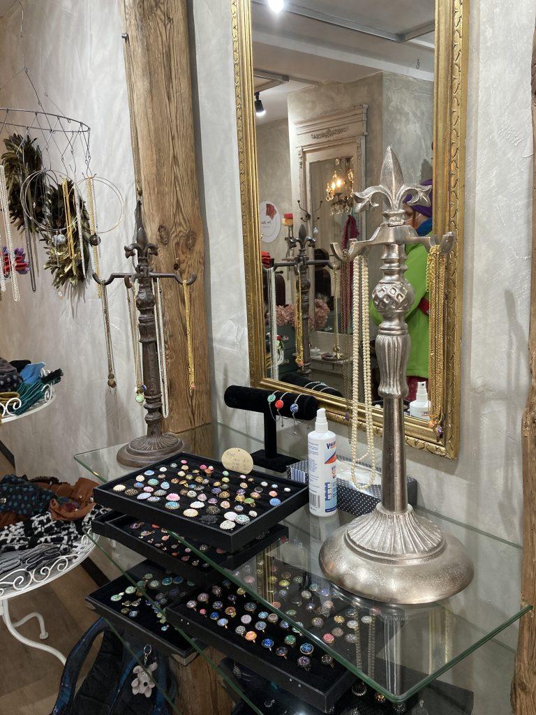 Schmuckladen mit tollen Ohrringen